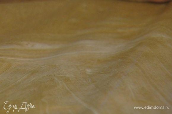 Разъемную форму застелить бумагой для выпечки, смазать бумагу оставшимся сливочным маслом.