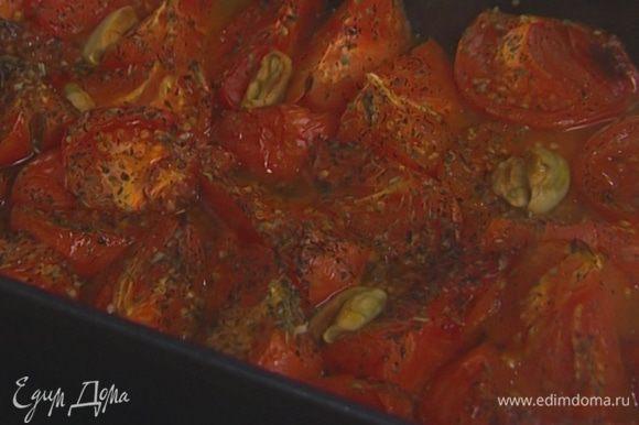 Чеснок почистить, раздавить плоской стороной ножа и выложить на помидоры. Отправить в разогретую духовку на 20–30 минут.