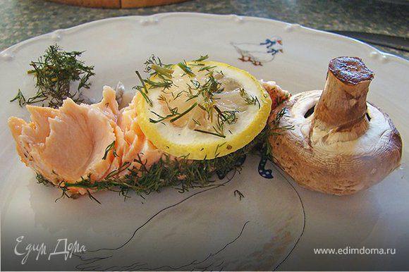 В разогретую духовку ставим рыбу буквально на минут 20, максимум 25 (в зависимости от размера кусочка рыбы. Тогда она будет сочной и вкусной.