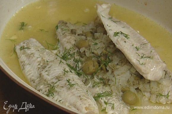 Укроп мелко порубить и посыпать готовую рыбу.