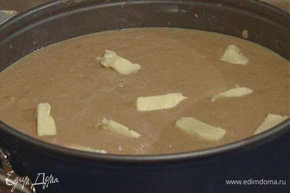 Вынуть форму с тестом из холодильника, на тесто выложить морковную массу, сверху распределить кусочки оставшегося сливочного масла. Выпекать в разогретой духовке 35−40 минут.