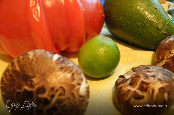 Помидор и авокадо порезать дольками. Разложить красиво на тарелке.