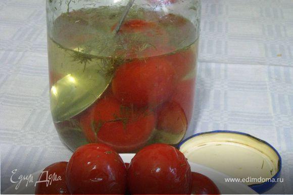 Прибавить консервированные помидоры, раздавив их слегка вилкой.