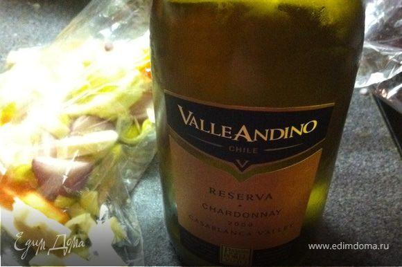 вино нужно взять белое. я использовал чилийское шардоне. в нем есть лимонный аромат, он сделает рыбу еще лучше. ВНИМАНИЕ!!! вино должно быть просто на дне пакета, оно не в коем случае не должно касаться рыбы!!! это очень важно