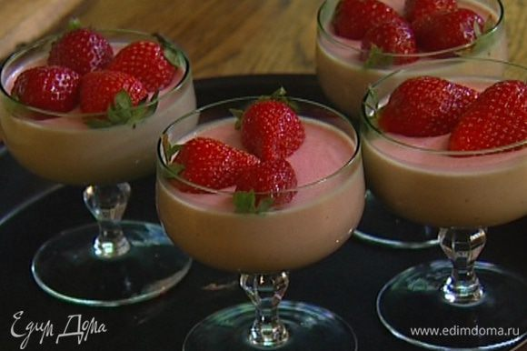 Разлить мусс в прозрачные бокалы и поместить в холодильник. Остывший мусс украсить ягодами клубники.