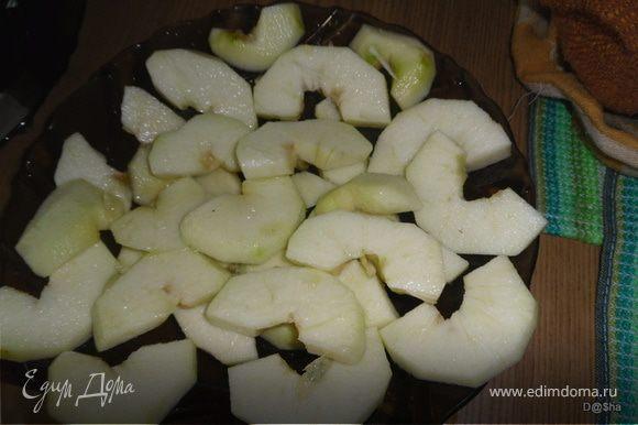 Мелкой теркой снять цедру с лимона и выжать сок. Яблоки очистить и,удалив сердцевину, порезать на дольки. Сбрызнуть их лимонным соком(около половины сока).