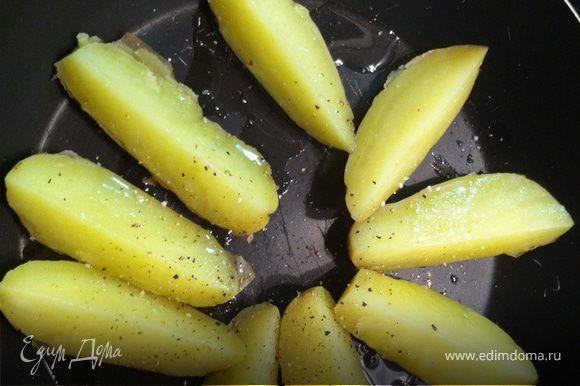сваренный картофель бросайте на сковородку с большим количеством масла