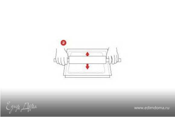 Разрезать друголй лист кулинарной бумаги на прямоугольные полоски - слегка выше, чем парфе, и достаточной длины, чтобы их можно было обернуть вокруг. Растопить для украшения темный и белый шоколад в разных чашках.