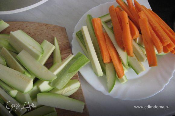 Нарезаем овощи длинными (сантиметров по 10) брусками