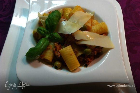 на тарелку выкладываем пасту, бросаем парочку оливок, плоские кусочки пармезана, свежий базилик, а на сыр капаем оликовое масло и немного лайма