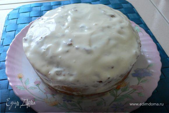Выкладываем тесто в силиконовую форму и выпекаем при t180 55-60минут. Когда корж остынет смазать его глазурью. Глазурь готовиться легко-смешиваем сыр с растопленным слив.маслом и сахаром до однородной массы.