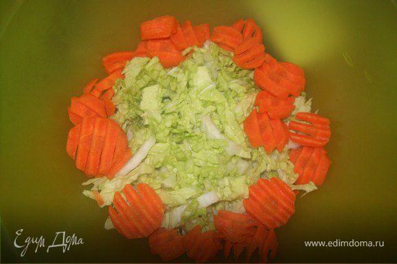 Нарежте листы копусты полосками по 0,5 см, и морковь. В оригинале ее надо было нарезать так же соломкой, но я неарезала кружками