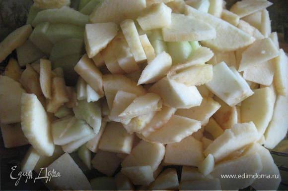 яблоки очистить, удалить сердцевину, и нарезать небольшими тонкими ломтиками