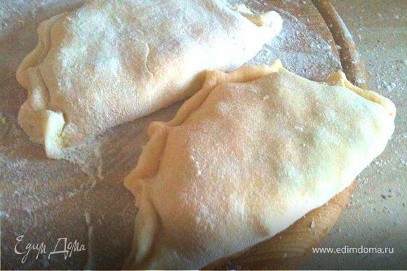 Отщипывать тесто размером с крупный грецкий орех, раскатывать в лепешку толщиной 0,5 см. Выкладывать по столовой ложке с горкой начинки и залепливать как пельмени.