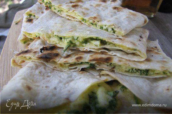 подрумяненые хачапури нарезаем порционно, угощаемся и закусываем...