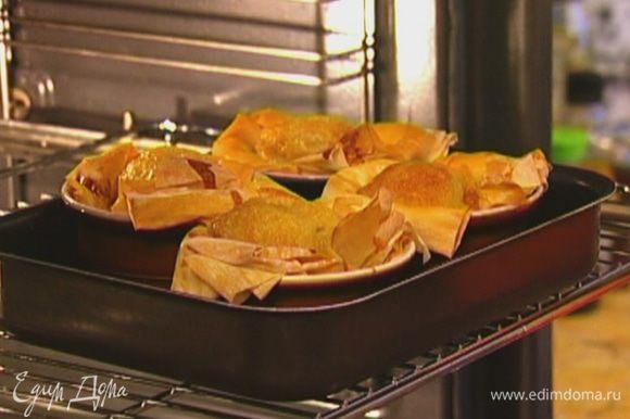 Поместить креманки в противень и отправить в разогретую духовку на 20 минут.