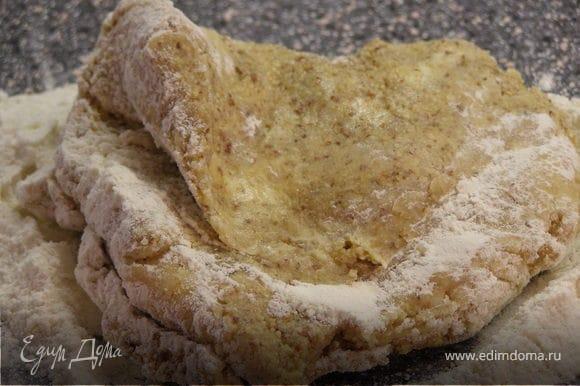 Муку перемешать с солью и добавить к основной массе. Можно начинать вымешивать тесто руками.