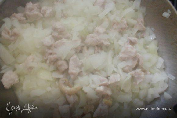 Готовим начинку: Пассеровать лук минуты три, затем добавить мелко нарезанное куриное филе и тушить в течение 10 минут.