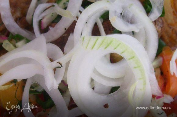 Оставшуюся луковицу режем кольцами/полукольцами. Зелень базилика измельчаем. Готовый лагман разливаем/раскладываем в глубокую тарелку. Посыпаем луком и базиликом.
