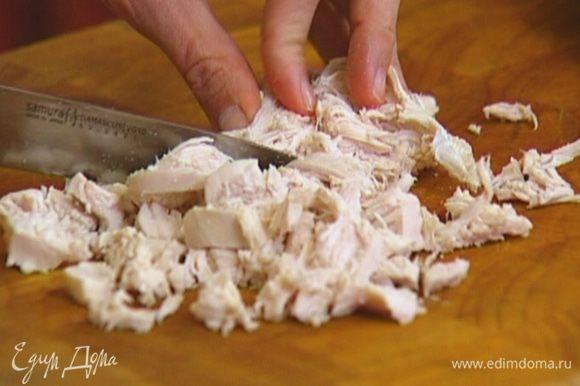 Готовое куриное мясо нарезать кубиками и выложить в блендер.