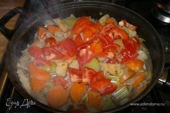 затем добавляем нарезаные полукольцами помидоры и тушим еще минут 7