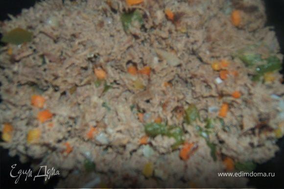 мясо перекрутить, добавить фарш в обжаренные овощи, немного воды и потушить примерно мин 10, периодически помешивая