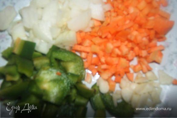 мясная начинка: мелко порезать лук, перец, морковь, чеснок обжарить в масле