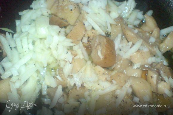 лук нарезать мелко и обжарить с грибами,добавляя сметану и специи по вкусу,остудить