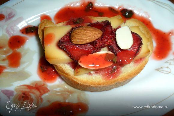 ...еще тостик можно полить клубничным супом с шампанским...http://www.edimdoma.ru/recipes/24711