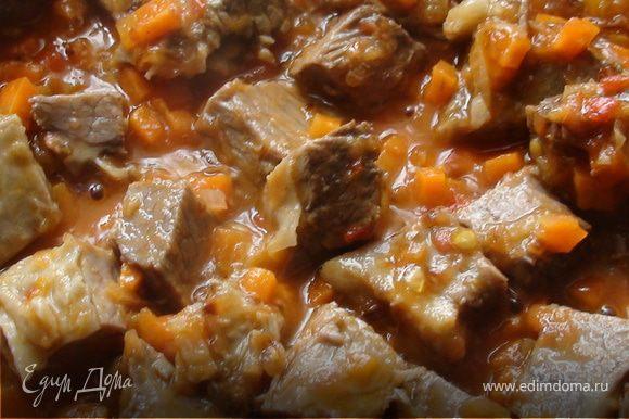 Добавить помидор и обжаривать на достаточно сильном огне приблизительно одну минуту. Затем добавить мясо и обжаривать ещё две минуты.