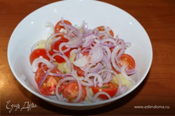 В салат добавить соль и черный молотый перец по вкусу, а также растительное масло. Аккуратно перемешать салат, чтобы не помять картофель.