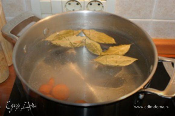 В кастрюлю налить воды, положить лавровый лист и морковь,нарезанную кружочками толщиной около 1 см. Кастрюлю поставить на огонь, и довести до кипения. Мясо промыть в холодной проточной воде, срезать ненужные пленки и жир.