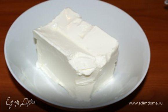 Сыр вынуть из упаковки и положить в глубокую миску.