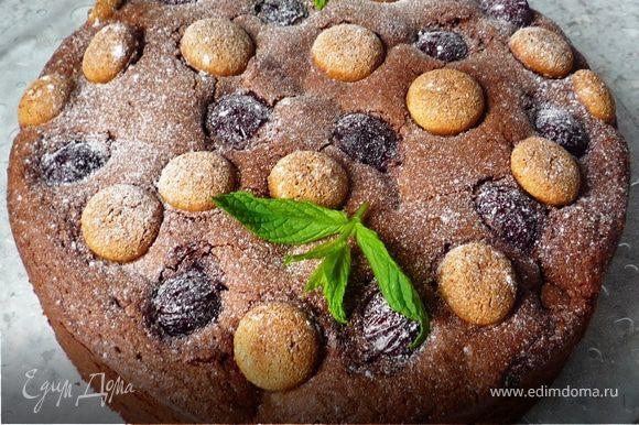 Достать готовый пирог из духовки, дать остыть 10 минут и извлечь из формы. Когда пирог полностью остынет, убрать бумагу для запекания. Посыпать пирог сахарной пудрой, украсить мятой. Приятного аппетита!