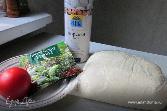 Томаты разрезать. Подошедшее тесто раскатать в тонкий пласт и переложить его на противень.Сверху на тесто выложить половинки помидоров, присыпать крупной морской солью и тимьяном. Сбрызнуть оливковым маслом. Выпекать 15-20 минут, при температуре 200 гр.