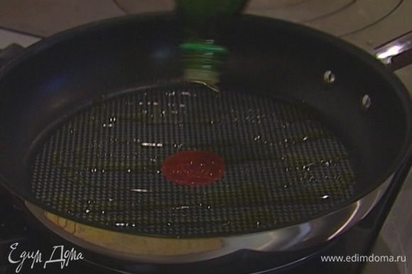 Разогреть в тяжелой сковороде 1 ст. ложку оливкового масла.