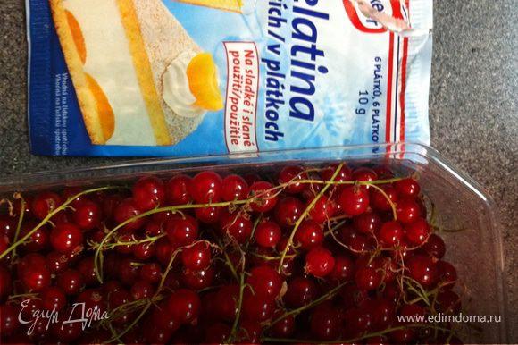 ягоды, немного сахара и желатин (желатина нужно совсем немного)