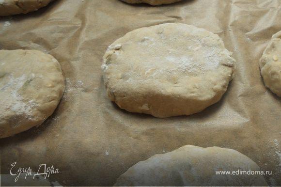 Сформировать порционный хлеб (наличие муки на поверхности - норма).