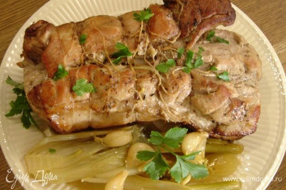 Готовой свинине дать постоять около 20 минут, затем нарезать и сразу подавать.