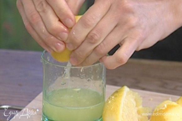 Цедру 2 лимонов натереть на мелкой терке, отжать из них сок.