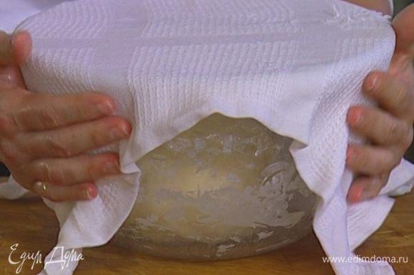 После того как дрожжи растворятся, добавить половину муки, 1 ч. ложку соли, 1 ст. ложку оливкового масла, замесить тесто и оставить его в теплом сухом месте на час.