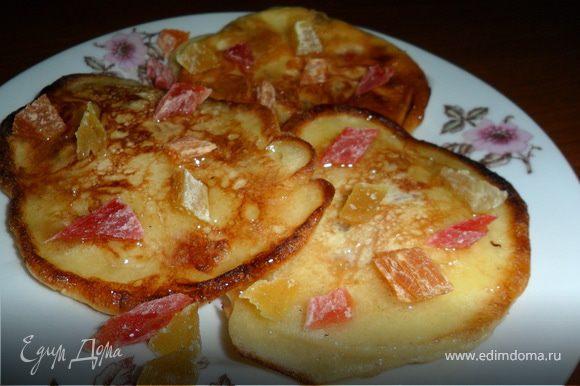 Берем яйца, сахар, кефир и муку - готовим тесто. Цукаты нарезаем небольшими кусочками - отправляем в готовое тесто, все перемешиваем. На хорошо раскаленной сковороде жарим оладушки. Подавать можно со сгущенкой или медом. Приятного чаепития!!!))