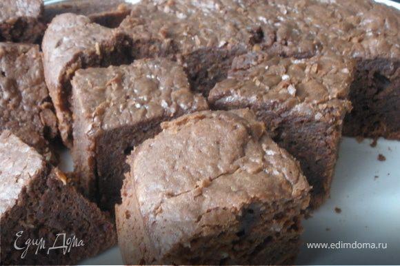 Шоколад разламываем на ломтики и растапливаем со сливочнйм маслом на водяной бане. Остужаем. Тем временем смешиваем яйца с молокоми сахаром. Эту смесь вливаем в топленый шоколад, добавляем муку с разрихлителем и кокосовую стружку. Перемешиваем. Выливаем тесто в форму, застеленую пергаментной бумагой, и ставим в разогретую до 180 градусов духовку на 30-40 мин. Брауни должен быть внутри слегка влажным и липким. По желанию можно сверху полить шоколадной глязурью.