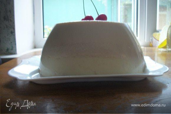 Перед подачей на стол форму на секунду опустить в горячую воду и перевернуть на тарелку.Готовый десерт украсить ягодами. Приятного аппетита!