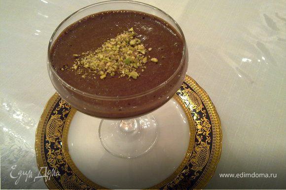 Растопить шоколад со сливояном маслом на водяной бане. Желтки отделить от белков. Желтки взбить постепенно добавляя сахар и ликёр. Белки отдельно взбить. В растопленный шоколад сначало аккуратно дабавить желтки а потом белки. Все осторожно вымешать. Разлить в формочки. Поставить в холодельник на 30-40 мин. Украсить можно мятой,ягодами или орешками. По желанию в формочки предварительно выложить ягоды и биквит, а после залить муссом.