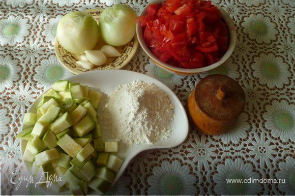 Кабачки и помидоры нарезать кубиками.Кабачки посыпать мукой и обжаривать в масле в течении 45 минут.