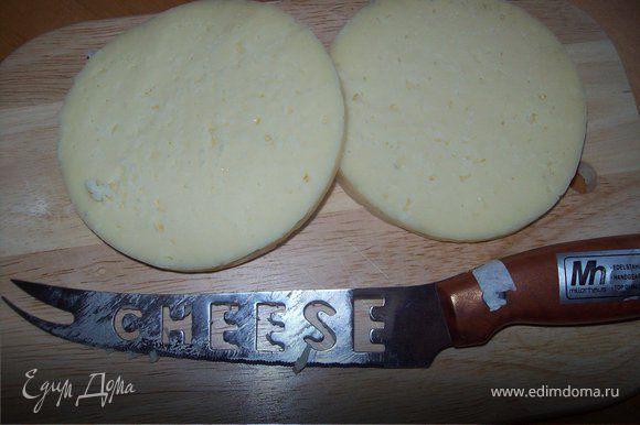 твердый сыр из холодильника (сыр должен быть очень холодным) нарежте ломтиками 1 см толщиной