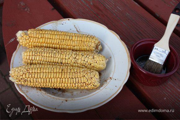 Кукуруза.Очистить початки от листьев.Смешать соевый соус и оливковое масло, при необходимости-подсолить. Смазать початки этим соусом и обжарить на решетке, периодически поворачивая и смазывая маринадом.