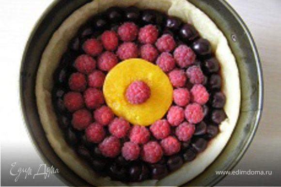 На малину выложить еще 2 ряда ягод.