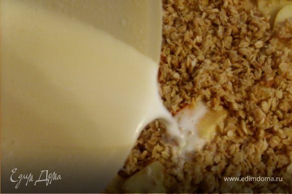 Яйца взбить с теплым молоком. Залить яично-молочной массой содержимое формы. Выпекать 35-40 минут при 190 С.